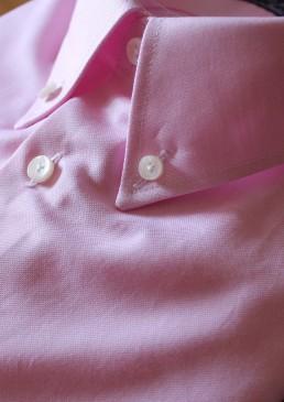 Dettaglio collo button down rosa chiaro con bottoni in madreperla australia