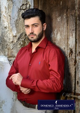 Camicia bordeaux indossata slim fit